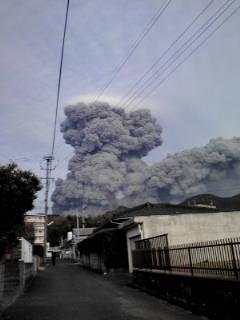 友人の家の近くから撮った新燃岳