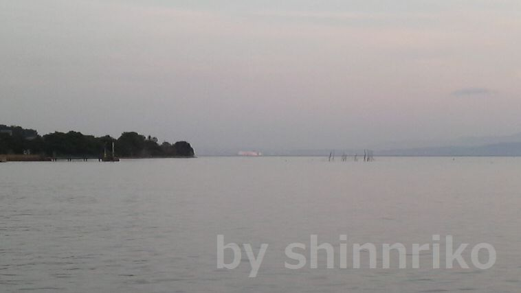 遠くにサンフラワーが大阪南港に向けて航行する。