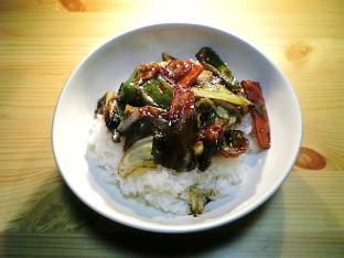 キャベツと豚肉の豆豉醤炒め丼001