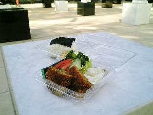 新横浜グレイスホテル手作りお惣菜お握りとメンチカツ003