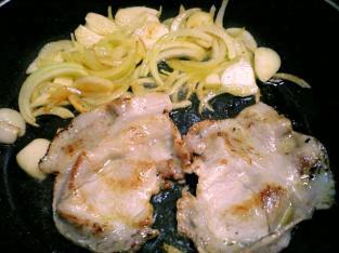 豚ばらと玉葱焼きの丼001