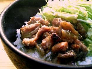 ホテイやきとり(和風カレー味)で丼002