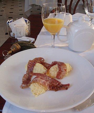 朝食はオムレツベーコン巻downsize