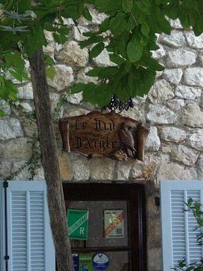 26木陰にかけられた木彫りのカフェの看板downsize