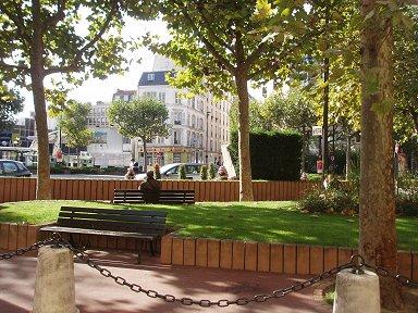 交差点の小公園ベンチもあるdownsize