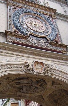 大時計を見上げるREVdownsize