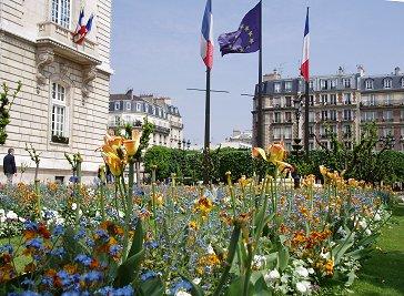 花壇から見た市庁舎周辺のアパートREVdownsize