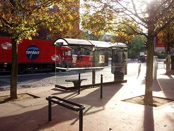 逆光の中のガラス張りバス停downsize