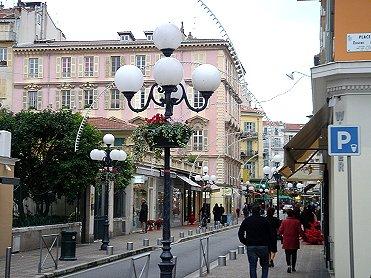 ピンクの街並みに丸い街灯downsize