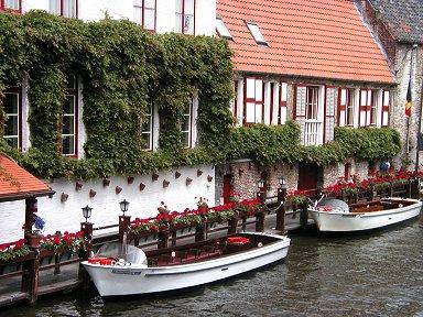 白いボートと赤い花が水面に鮮やかdownsize