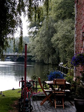 裏庭から垣間見える運河downsize
