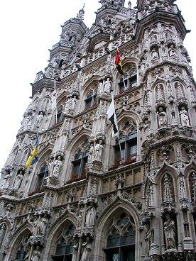 Leuven彫像が並ぶ市庁舎近景downsize