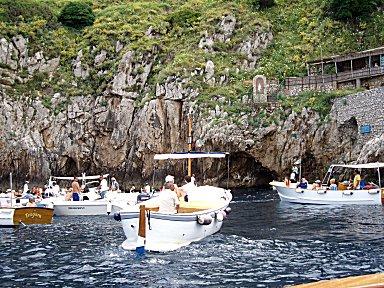 青の洞窟の前は順番待ちのボートで混雑downsize