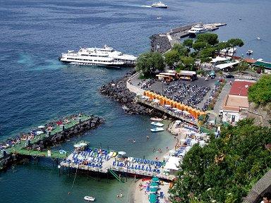 パラソルやチェアーが整列する海水浴場downsize