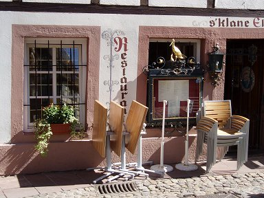 金のコウノトリもひまそう開店前のレストランdownsize