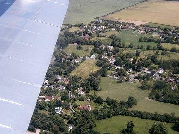 のどかな田園風景を飛ぶdownsize