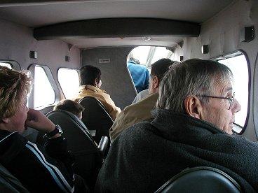 無理やりの8人乗りに思える狭い機内downsize