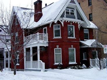 雪の街並み赤い家downsize