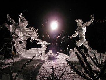 舞台のようにライトアップされた神話の彫刻downsize