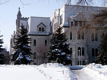 白い景色の中の古い建物downsize