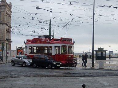 コメルシオ広場を行く路面電車downsize