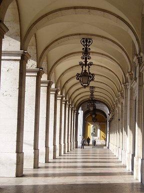 光の縞が続くコメルシオ広場の回廊downsize