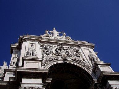 紺碧の空に映えるコメルシオ広場のアーチ門downsize