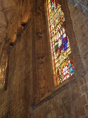 ステンドグラスの光が柔らかい修道院内部downsize