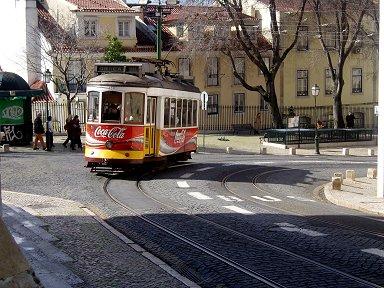 アルファマの坂の急カーブを軋むように走る路面電車downsize