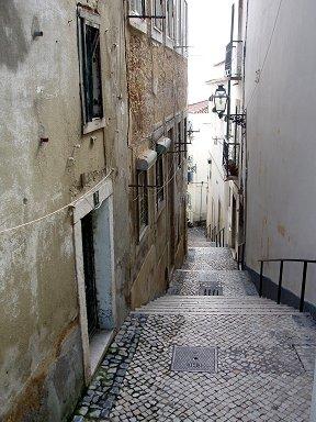 モザイクのような敷石のアルファマの階段路downsize