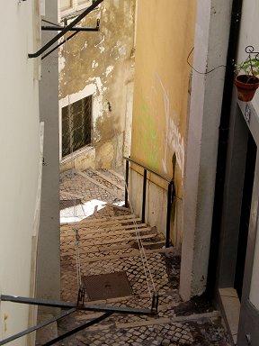 曲がりくねった迷路の階段が続くアルファマdownsize