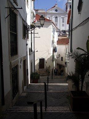 白壁に光と影が鮮やかアルファマの街角downsize