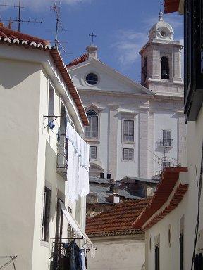 白い鐘楼がまぶしい丘の上の教会downsize