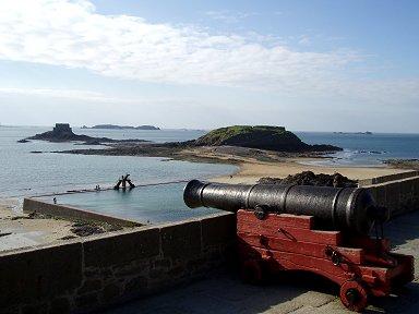 大砲が狙う先にはのんびり海水プールdownsize