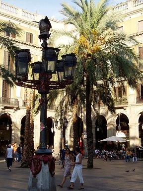 レイアル広場の街灯はガウディの作品downsize
