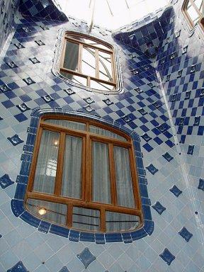 青いモザイクが美しい吹き抜けの内壁downsize