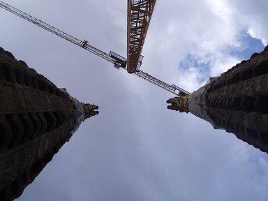 渡り廊下から見上げる尖塔は高い!downsize