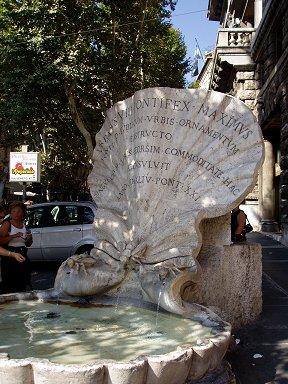 街路樹の影も涼やかな蜂の噴水Fontana delle Api downsize