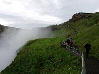 緑のカーペットに覆われた滝への道downsize