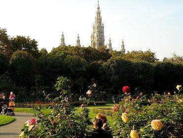王宮の庭から尖塔を望むREVdownsize