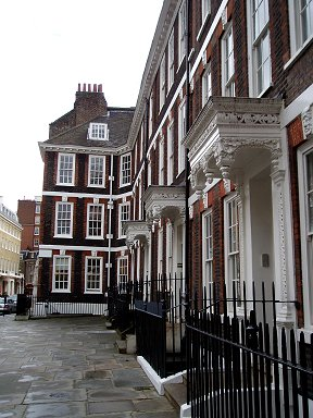 ロンドンの街角の表情を作る白い漆喰のフチ取りdownsize