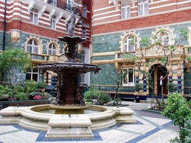 ホテル中庭の噴水downsize