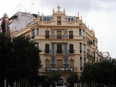 装飾が美しい角の建物downsize