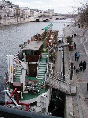 係留中の小さな観光船downsize