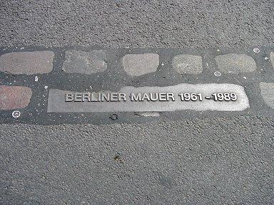 ベルリンの壁跡地味な銘板だが重い印象downsize