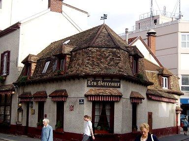 伝統様式が残るレストランの建物downsize