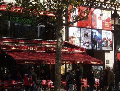 通りに面した赤いカフェREVdownsize