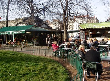 朝の公園花屋さんの隣で朝食P1010441REVdownsize