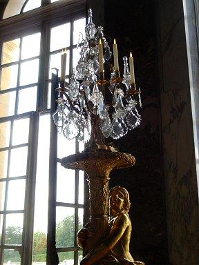 窓から射す光に輝く燭台REVdownsize