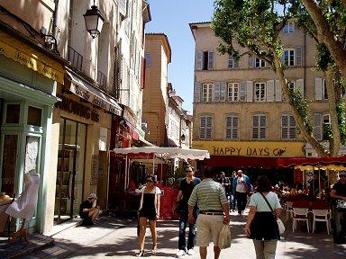 小さな広場にはいろいろな店がありますdownsize